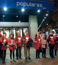 Miembros de Derecho a Vivir marchan con antorchas ante la sede nacional del PP