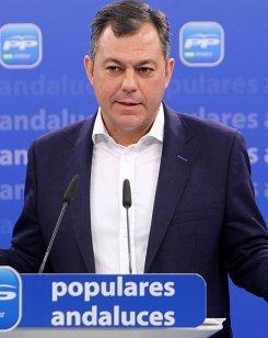 El secretario general del PP en Andalucía pide al arzobispo de Granada que retire la venta del libro «Cásate y sé sumisa»