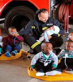Los bomberos de la Comunidad de Madrid recaudan fondos para madres sin recursos