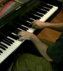 Indigente toca el piano, sin conocimientos de música: «Padre, haz lo que quieras, es tu regalo»