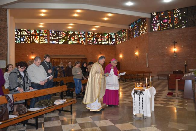 El arzobispo de Granada reza junto a los ucranianos católicos de rito bizantino de su archidiócesis