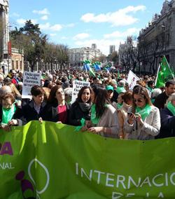 Miles de personas marchan contra el aborto y por el apoyo a la maternidad