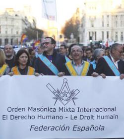 Masones españoles desfilan abiertamente por primera vez en la historia para apoyar el «derecho» al aborto