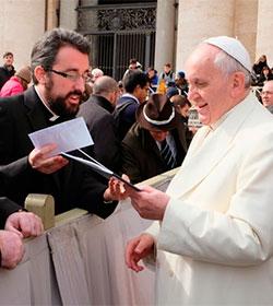 El Papa escucha la composición de un sacerdote español y le anima a proseguir