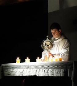 «Jesús sana a través de la Adoración Eucarística y en la Eucaristía», afirma sacerdote Ghislain Roy