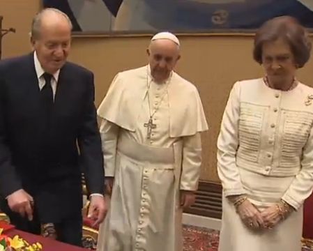 El Papa bromea con los Reyes de España en una audiencia privada cordial