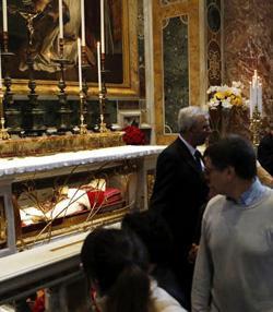 Miles de fieles visitan las tumbas de los santos Juan Pablo II y Juan XXIII