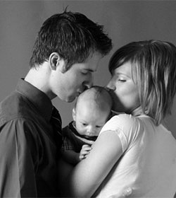 El Senado insta al Gobierno a garantizar el derecho a la maternidad en España ante el bajo índice de natalidad