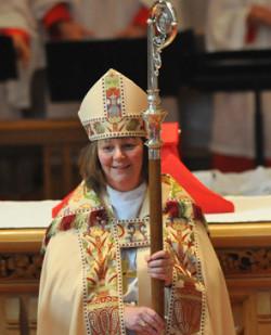 Los anglicanos ingleses aprueban la ordenación de mujeres como obispos