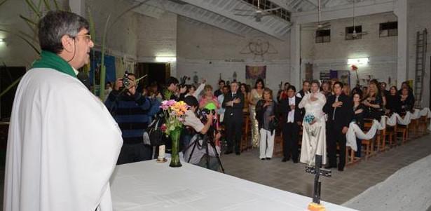 Un sacerdote argentino bendice en su parroquia la unión entre una persona transexual y su pareja
