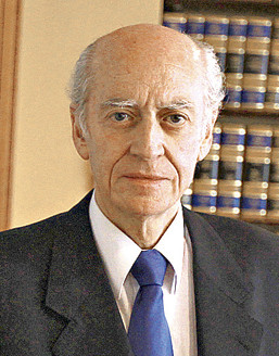 Denuncian al rector de la Universidad Alberto Hurtado por premiar un artículo a favor de la eutanasia