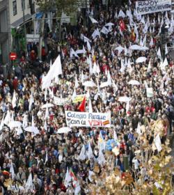 Miles de personas se manifiestan en Madrid por la derogación de la ley