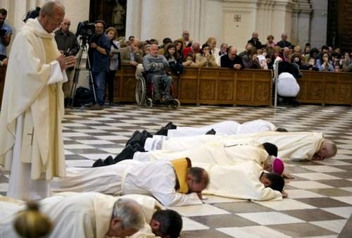 El arzobispo de Granada pide perdón por 'los escándalos'