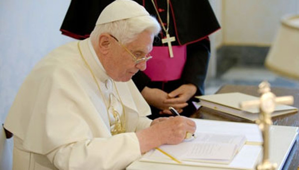 Benedicto XVI corrige un texto suyo de 1972 para reafirmar la imposibilidad de dar la comunión a divorciados vueltos a casar