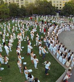 Con ataúdes blancos más de mil mujeres dicen no al aborto ante Palacio de la Moneda en Chile