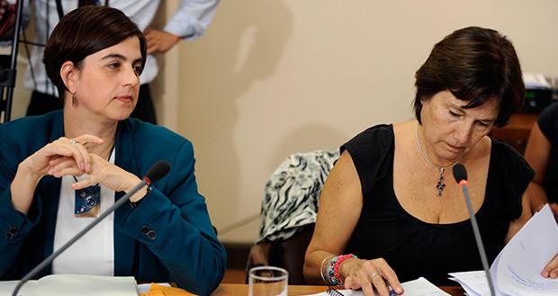 Una mujer planta cara con su hijo de nueve años a dos ministras chilenas favorables al aborto
