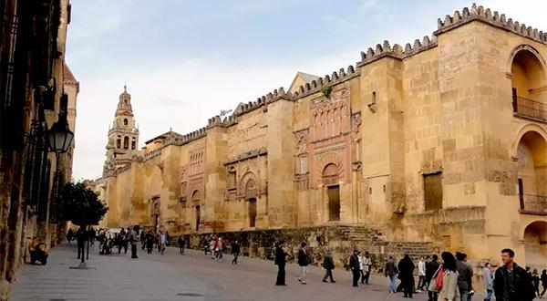 El Ayuntamiento de Córdoba sigue empeñado en arrebatar a la Iglesia su Catedral