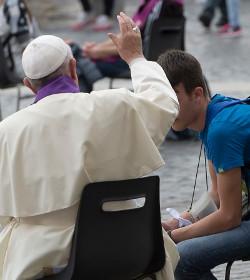 El Papa confiesa a jóvenes adolescentes en la plaza de San Pedro