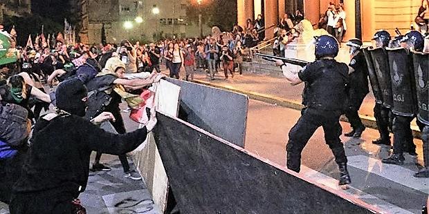 El Encuentro Nacional de Mujeres de Argentina vuelve a finalizar con disturbios ante una Catedral católica