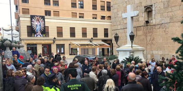 Un grupo de fieles de Callosa de Segura impide la retirada de una Cruz