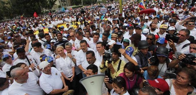 Manifestantes venezolanos oran ante la Conferencia Episcopal