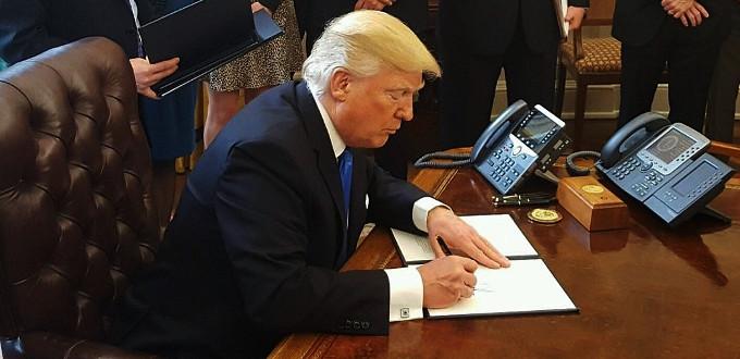 Trump firma la ley que permite a los estados dejar de financiar a Planned Parenthood