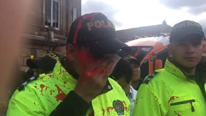 Activistas LGTB agreden a policías y al Bus de la Libertad en Colombia
