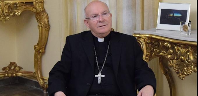 Mons. Rodríguez Magro enseña a sus fieles cómo deben comulgar dignamente