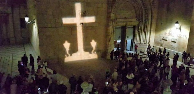 El alcalde socialista de Callosa del Segura no soporta la imagen holográfica de la Cruz de los Caídos