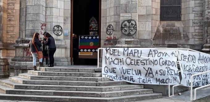 Mapuches argentinas irrumpen en la Catedral de Bariloche para pedir la liberación de un criminal