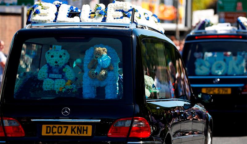 Conmovedor cortejo fúnebre de Alfie Evans, lágrimas y flores