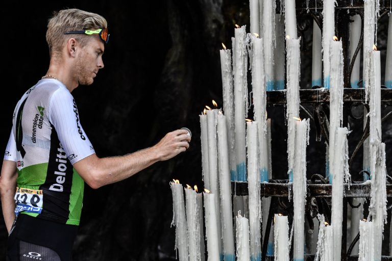 El belga Julien Vermote enciende una vela (Getty Images)