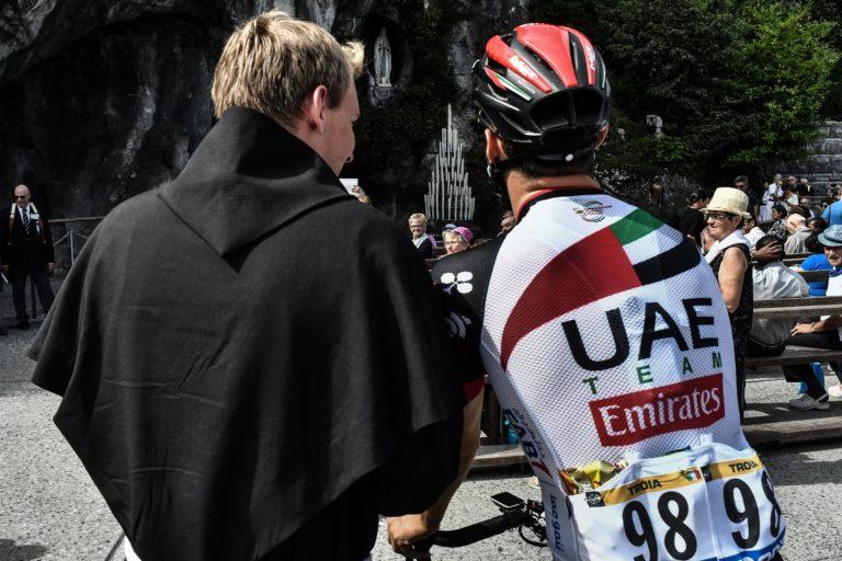 El italiano Oliviero Troia habla con un sacerdote (Getty Images)