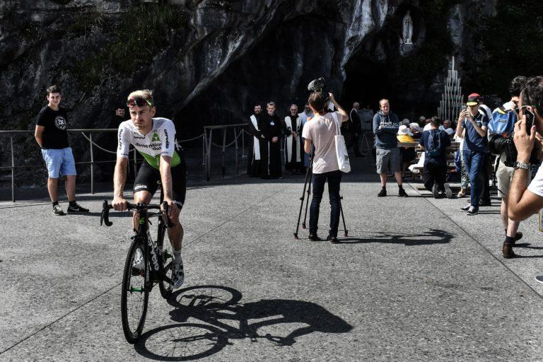 El belga Julien Vermote se va en su bicicleta después de asistir a una ceremonia de bendición (Getty Images)