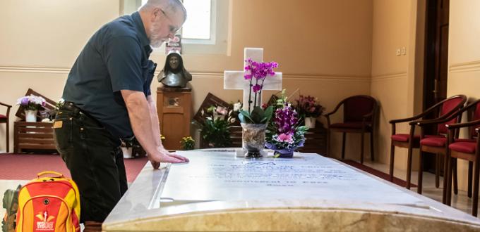Hombre agradece a santa australiana por el milagro de la cura de su Parkinson