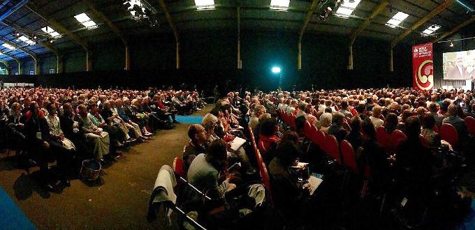 El P. James Martin acusa a la Iglesia de tratar a los homosexuales como leprosos ante un auditorio lleno en Dublín