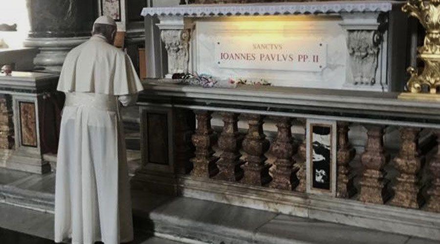 El Papa Francisco reza ante la tumba de San Juan Pablo II