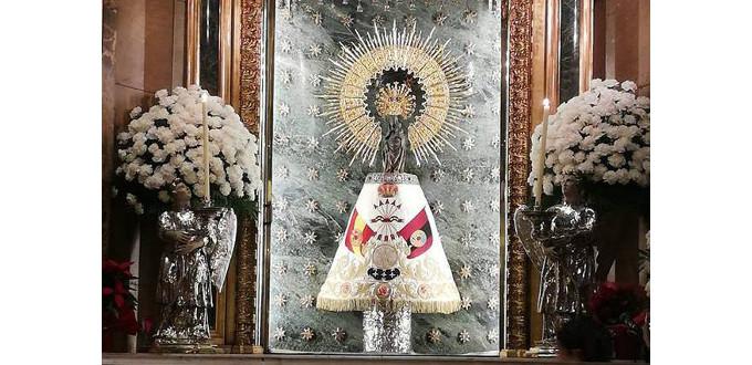 El Cabildo de Zaragoza pide perdón por colocar un manto de Falange Española a la Virgen del Pilar