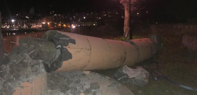 Jóvenes separatistas vascos derriban la Cruz de Ondarroa