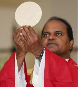 En EE.UU. sacerdote de origen indio crea un ministerio para elaborar Rosarios y Escapularios