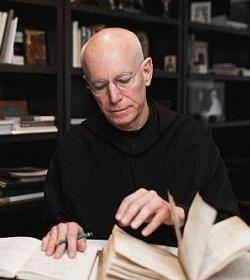 Un sacerdote benedictino digitaliza millones de páginas de manuscritos religiosos en EEUU