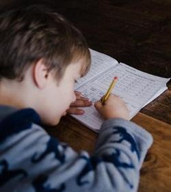 Familias católicas que realizan homeschooling ofrecen consejos a los padres para educar a sus hijos durante la cuarentena