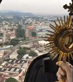 El nuncio apostólico de Ecuador y el obispo auxiliar de Guayaquil bendicen la ciudad con el Santísimo Sacramento