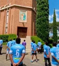 Futbolistas de la Clericus Cup rezan por sus compañeros de competición y sus familias cantando el Regina Coeli a la Virgen María