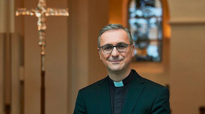 O Arcebispo de Hamburgo desafia o Magistério Papal e pede um debate sobre a ordenação de mulheres